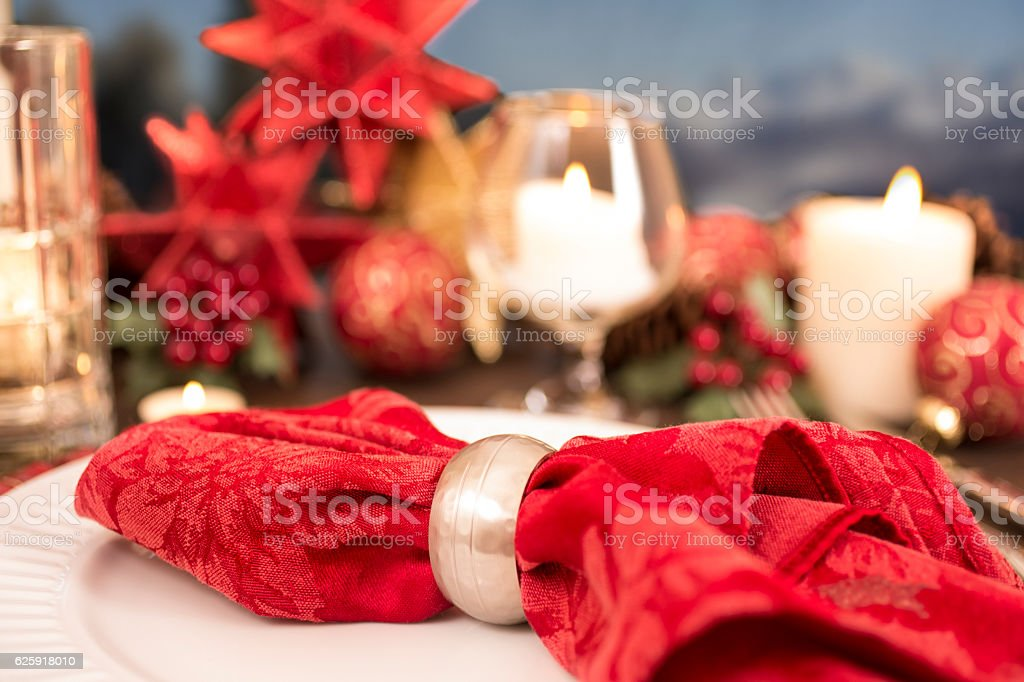 Dining table place setting with Christmas holiday decorations. foto de stock libre de derechos