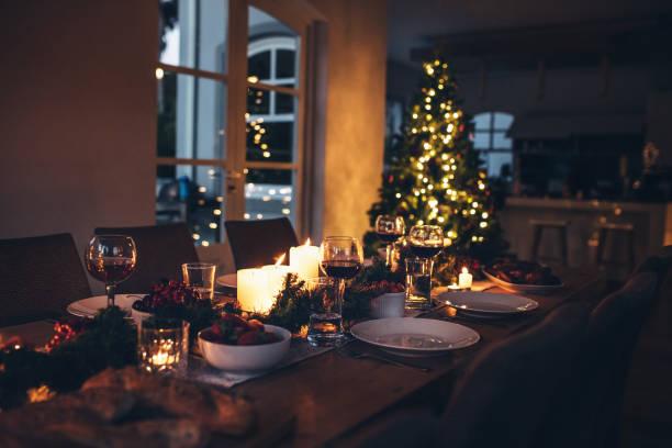esstisch für das weihnachtsessen - partyraum stock-fotos und bilder