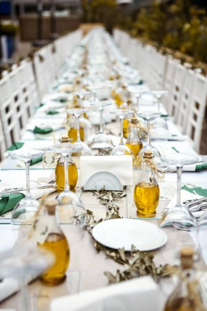 esstisch mit olivenöl - griechische partyspeisen stock-fotos und bilder