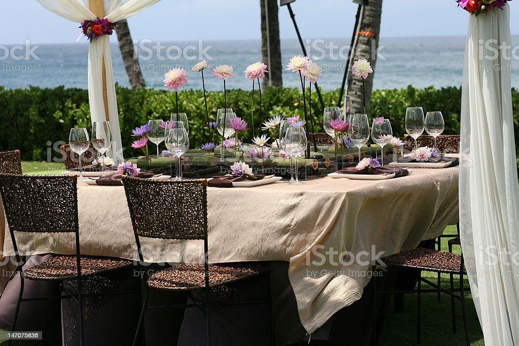 Exceptionnel Table De Salle à Manger Avec Rose Et Violet Nénuphar Pièce Maîtresse Photo  Libre De Droits