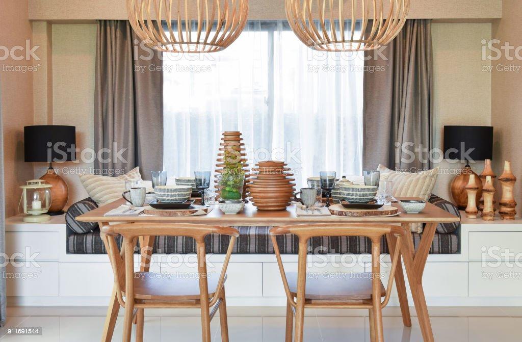 Esstisch Aus Holz Und Bequemen Stuhlen In Modernen Haus Mit
