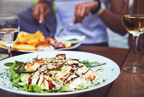 cena en el restaurante. - couple lunch outdoors fotografías e imágenes de stock