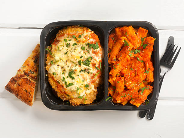 tv dinner ,chicken parmesan with rigatoni - gemaksvoedsel stockfoto's en -beelden