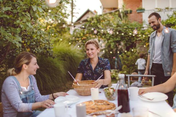 abendessen für die ganze familie - partysalate stock-fotos und bilder