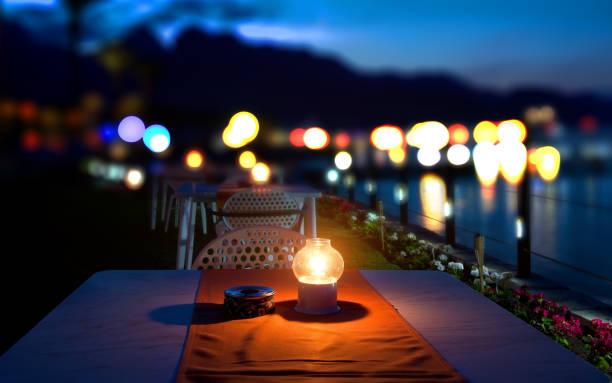 abendessen am mittelmeer - romantischer abend stock-fotos und bilder