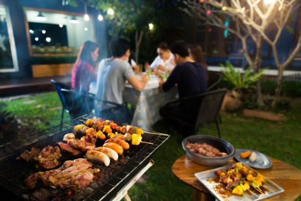 Cena fiesta, barbacoa y carne asada carne de cerdo en la noche - foto de stock