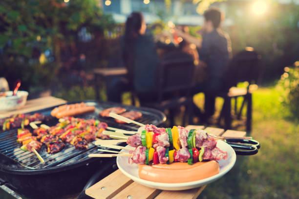 Dîner parti, barbecue et rôti de porc dans la nuit - Photo