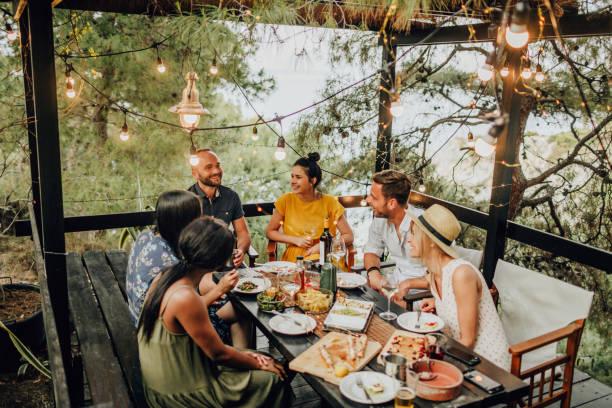 dinner-party auf der terrasse am strand - griechische partyspeisen stock-fotos und bilder