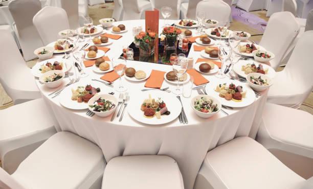 prato de jantar na mesa de jantar de casamento - eventos de gala - fotografias e filmes do acervo