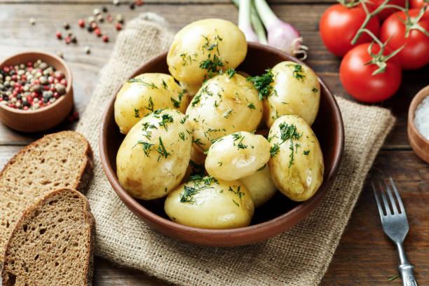abendessen set mit kartoffeln, sommergemüse, mit jungen zwiebeln und tomaten. - salzkartoffel stock-fotos und bilder