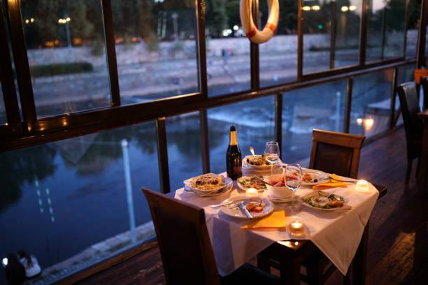 mesa de comedor  - cena romantica fotografías e imágenes de stock