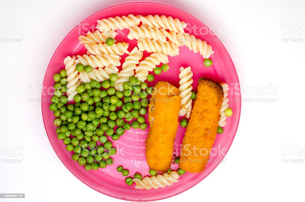 Dinner with fish fingers, pasta and peas on pink plate – Foto