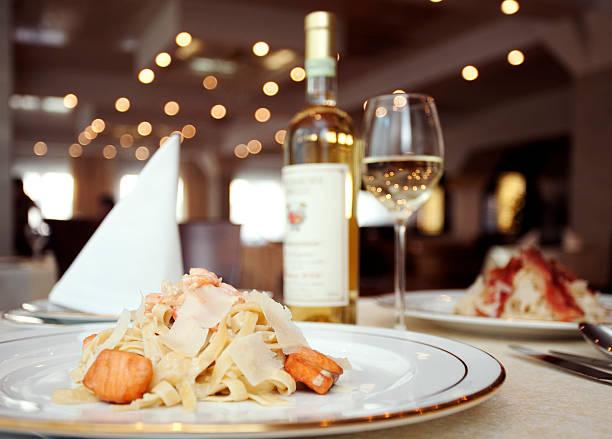 abendessen mit wein im restaurant - spaghetti mit lachs stock-fotos und bilder