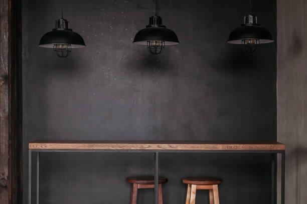 esstisch im loft-stil esszimmer mit schwarzen lampen - sessel retro stock-fotos und bilder