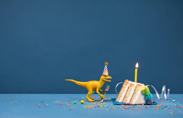 fiesta de cumpleaños de dinosaurio - cumpleaños fotografías e imágenes de stock