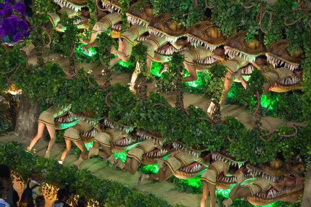 dinosaures manger personnes - carnaval de rio photos et images de collection