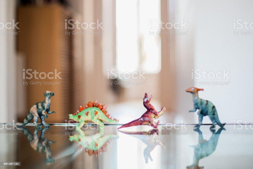 Dinossauros em uma fileira - foto de acervo