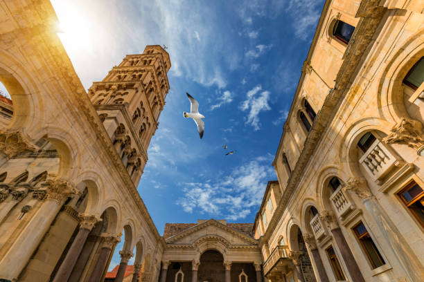 Diokletianpalast Peristyle vor der Kathedrale des Heiligen Domnius Glockenturm in Split, Kroatien. Diokletianpalast UNESCO Weltkulturerbe in Split, Dalmatien, Kroatien. – Foto