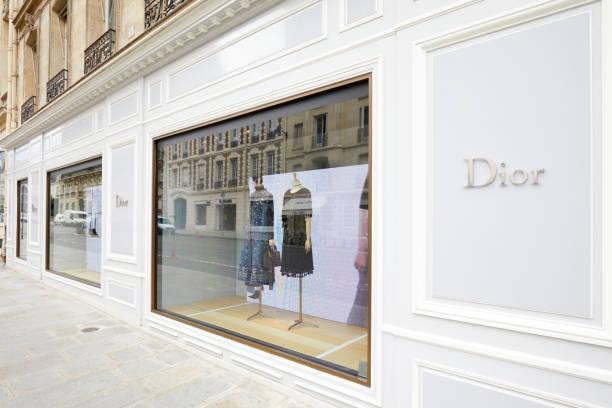 Ventanas de lujo de la moda Dior en la avenida Montaigne en París, Francia. - foto de stock