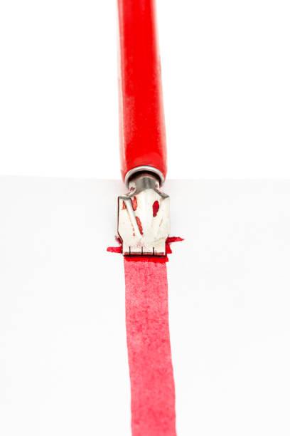 tauchstift zieht eine rote linie auf papier aus der nähe - dip gefärbt stock-fotos und bilder