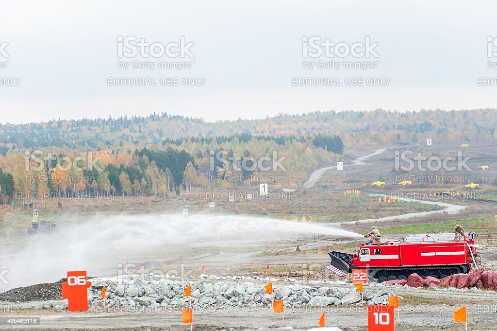 Direct fuego supresión vehículo MPT - 521 en acción - foto de stock