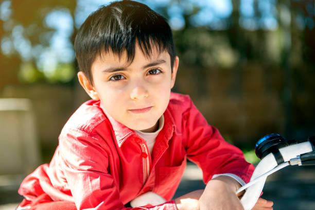 direkter Blick des Kindes mit dem Fahrrad an einem sonnigen Tag – Foto