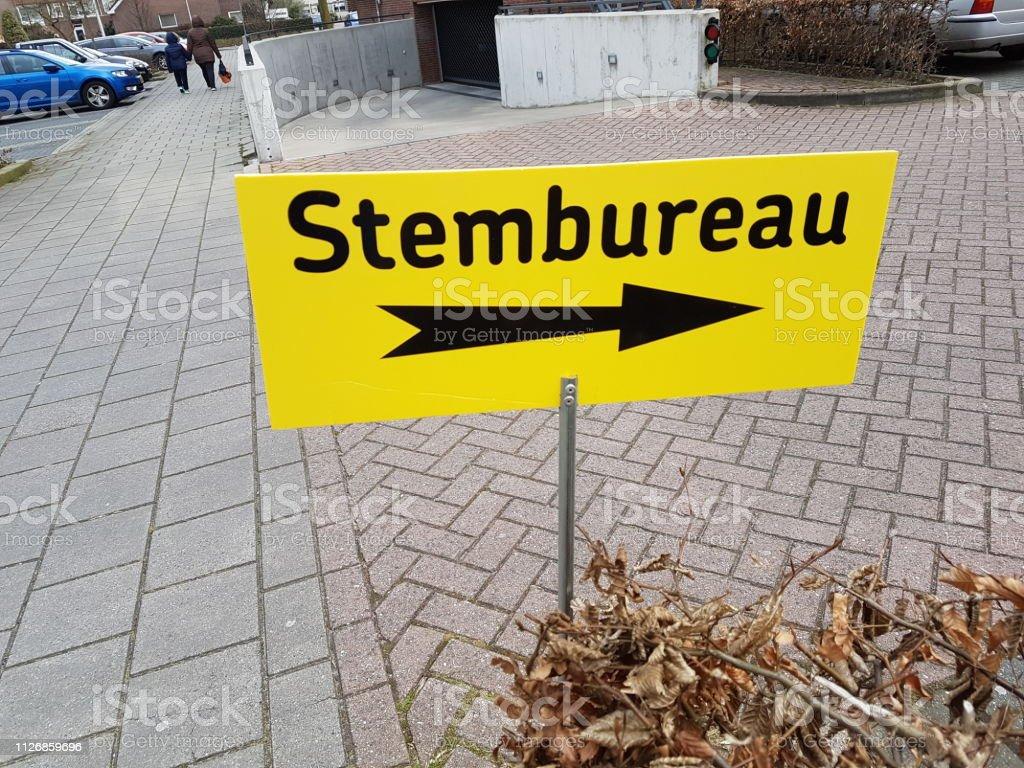Richting teken naar stembureau (stembureau in het Nederlands) tijdens verkiezingen van de counciel van de stad in de Nederland-2018 foto