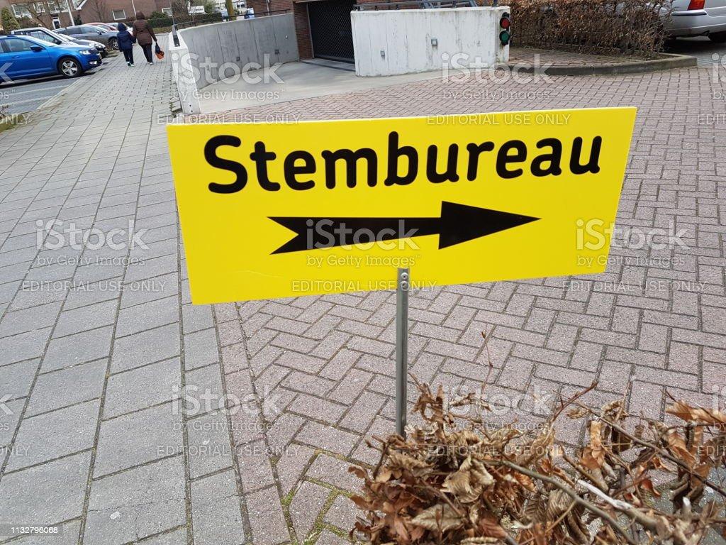Richtingsteken bij stembureau (stembureau) tijdens stads counciel verkiezingen in Nederland 2018 foto