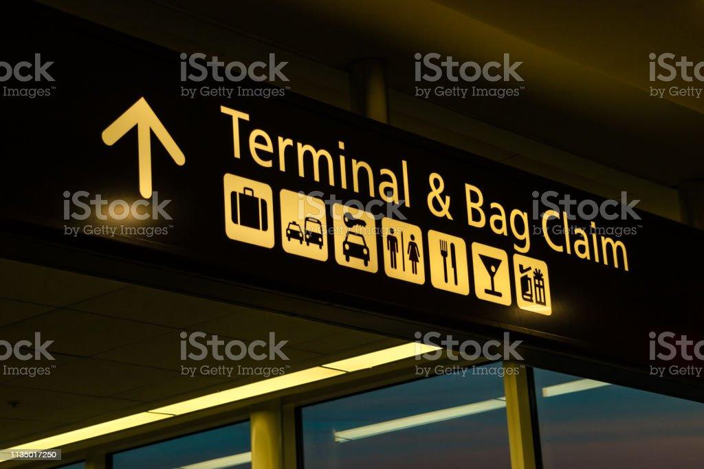 Richtschnur für Fluggäste an einem modernen internationalen Flughafen angezeigt; Nachtschub, kein Volk – Foto