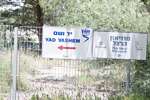 istock Directions To Yad Vashem & The Herzl Museum On A Fence 957424078