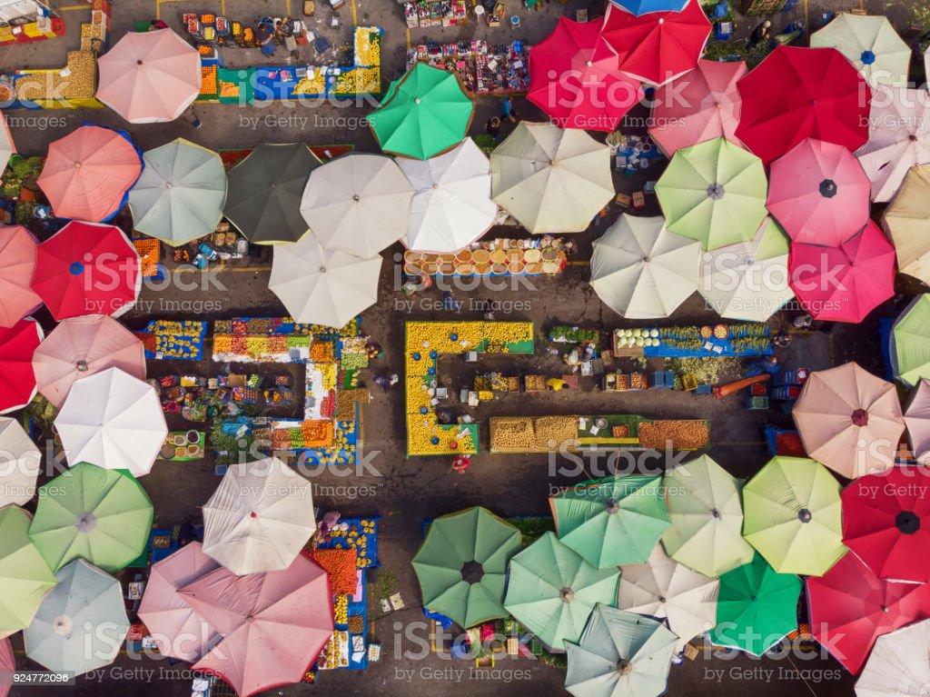 Diretamente acima a vista de um mercado de bairro na Turquia - foto de acervo