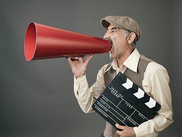director rufen auf megafon - klappe hut stock-fotos und bilder