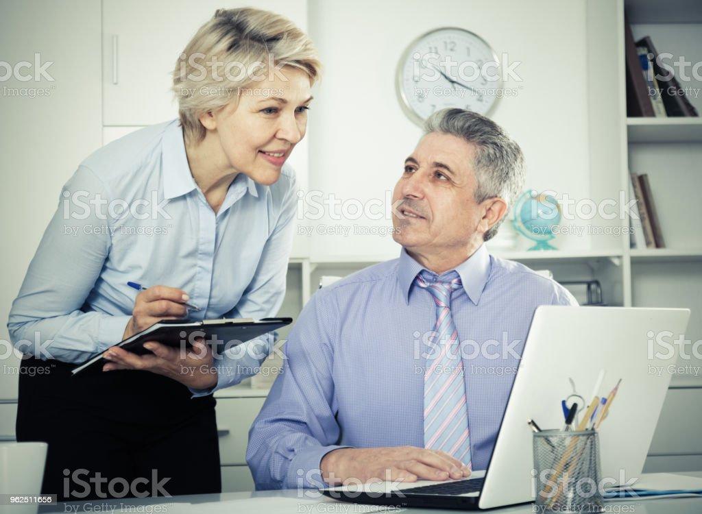 Assistente do diretor faz de rotina diária - Foto de stock de Acordo royalty-free