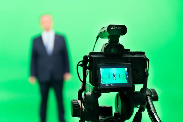 directeuren werken aan backstage in green box studio - green screen stockfoto's en -beelden