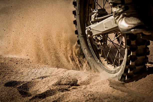 dirt bike auf track - rally stock-fotos und bilder