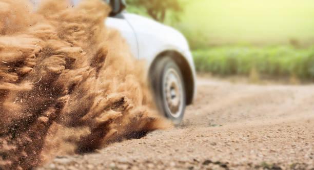 schmutz schmutz von einem rallye-car-rennen in feldweg - rally stock-fotos und bilder