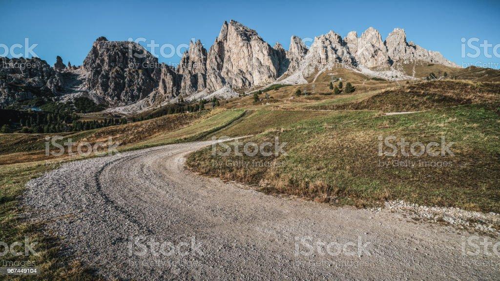 Camino de tierra y senderismo Trail Track en Dolomitas Italia - Foto de stock de Aire libre libre de derechos