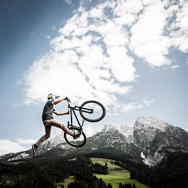 dirtbiker jumps high – Foto