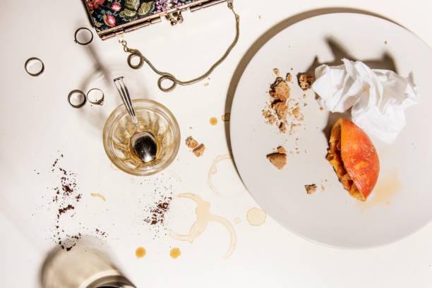 Plats sales et vides après le petit déjeuner de fête concept de la vraie vie à la maison avec les accessoires de la femme. - Photo