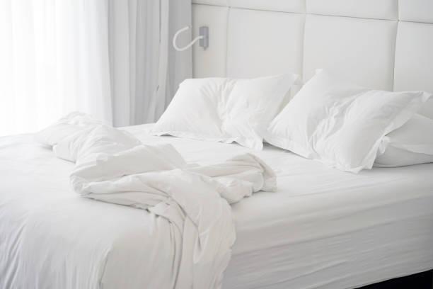 Schmutzigen Bett im Hotel. Schmutzigen Bett Kissen Decke Zimmer. – Foto