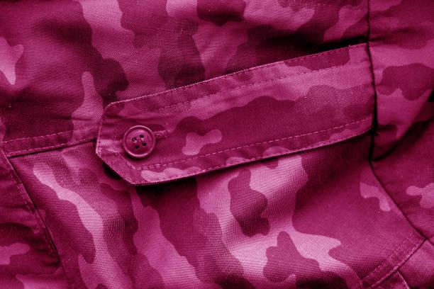 schmutziges camouflage-tuch in rosa ton. - rosa tarnfarbe stock-fotos und bilder