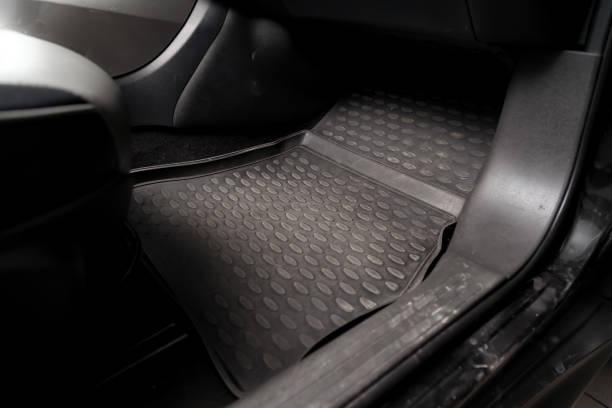 在乾洗前,在車間的乘客座椅下,為車輛提供細節的髒車地板墊。汽車服務業。轎車內飾。圖像檔