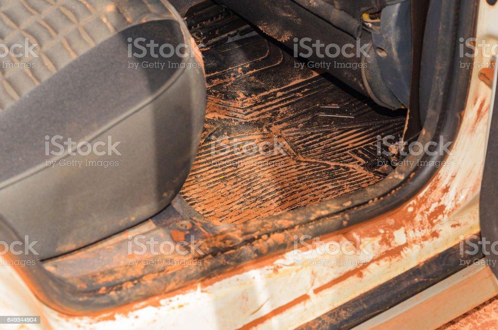 Sujar o interior do carro com areia e lama por toda parte - foto de acervo