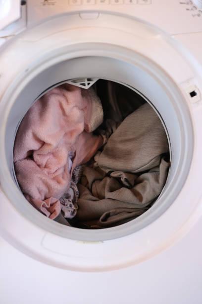 Vuile kleren in wasmachine foto
