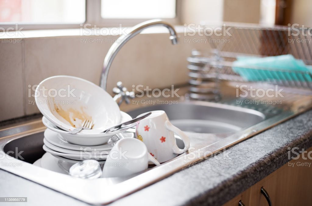 Dirty dishes in the sink - Foto stock royalty-free di Ambientazione interna