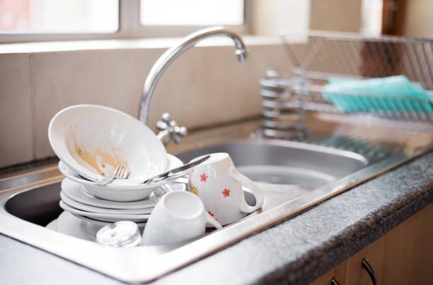 schmutzige gerichte im waschbecken - wasch oder spülbecken stock-fotos und bilder