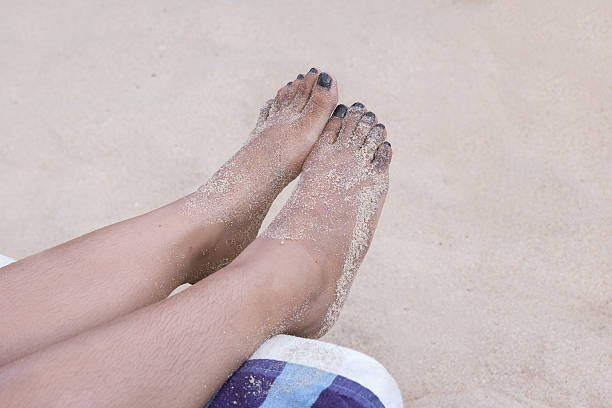 dirty feet on the sands - poilu photos et images de collection