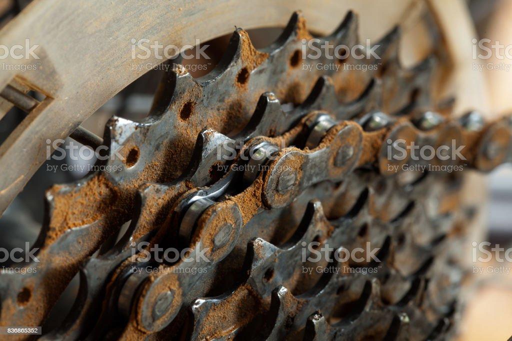 Freewhell sucio cassette y cadena en una bicicleta de montaña - foto de stock