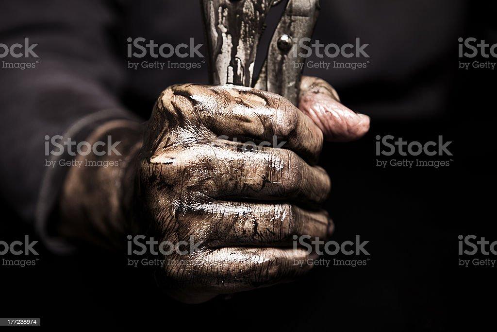 Dirty Hand Holding Schraubenschlüssel Lizenzfreies stock-foto