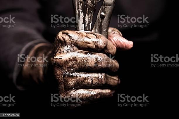Dirty Hand Holding Schraubenschlüssel Stockfoto und mehr Bilder von Schmutzig